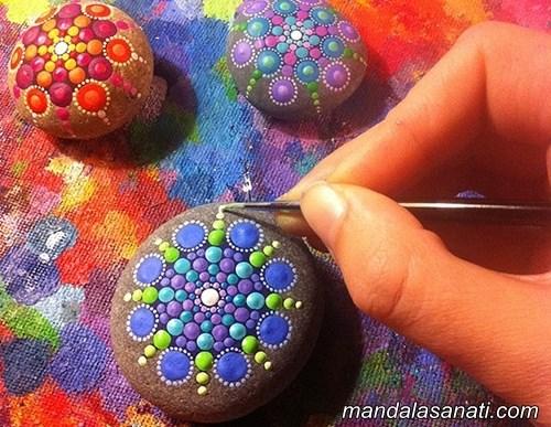 fırça ile mandala boyama