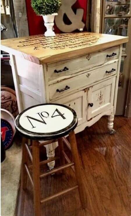 Beyaza boyanmış eski mobilyalar